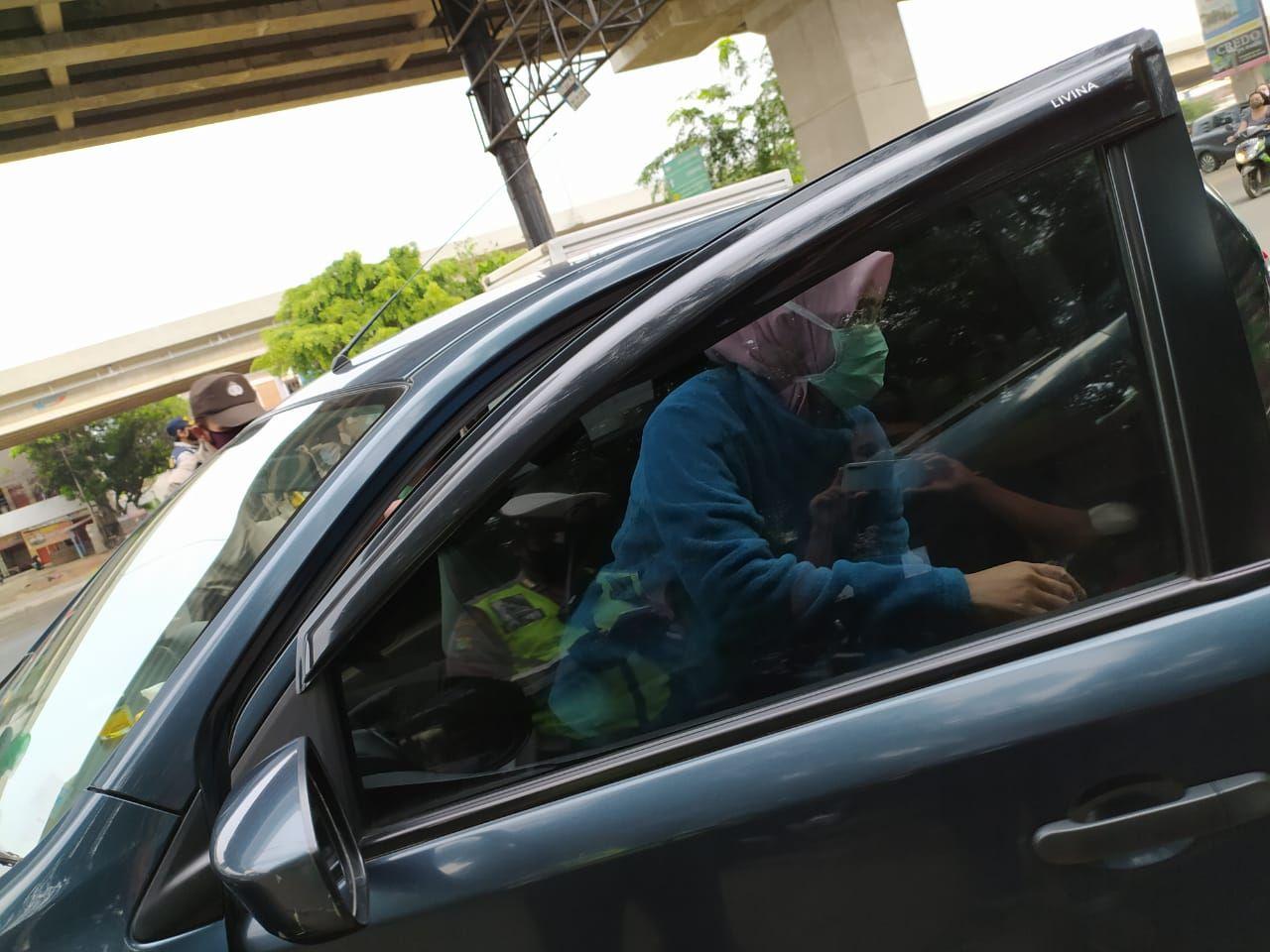 Banyak pengendara mobil di Bekasi yang tidak patuh aturan formasi tempat duduk di masa PSBB