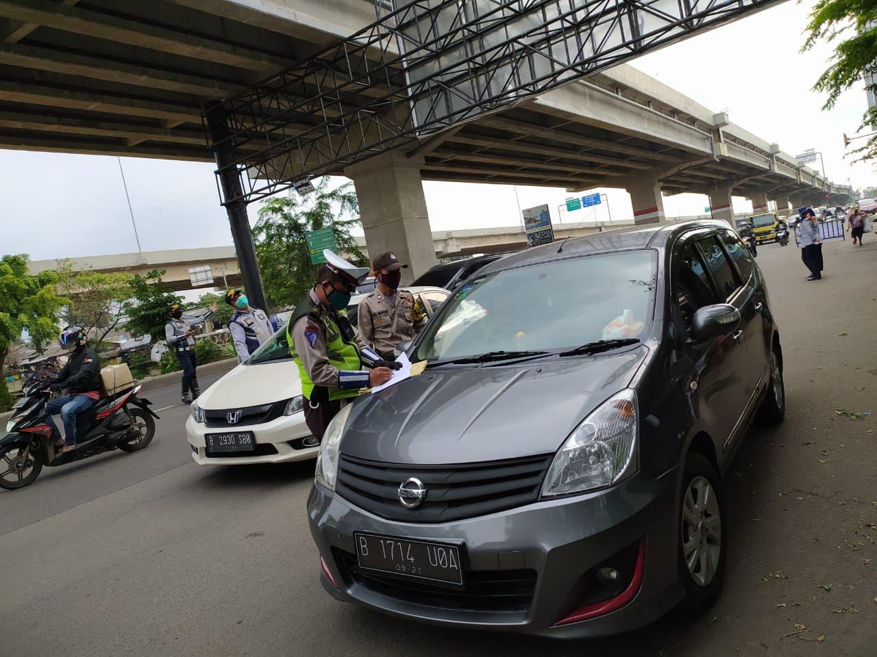 Polisi memberi teguran pada pengendara mobil di PSBB hari kedua di Bekasi