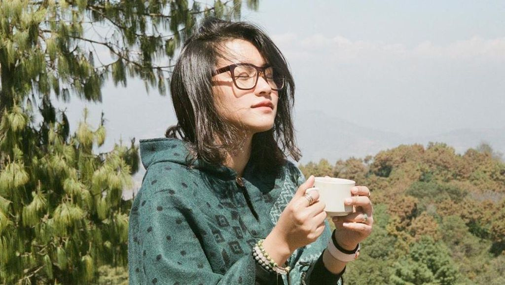 Suka Fotografi, Ini Potret Cantik Twindy Rarasari saat di Kafe Kekinian