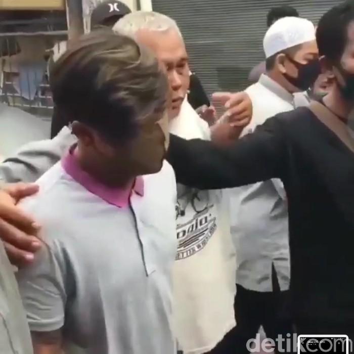 Video remaja yang dianggap menistakan Nabi Muhammad SAW viral di Instagram. Remaja itu kemudian diamankan polisi lalu diserahkan ke Polrestabes Surabaya.