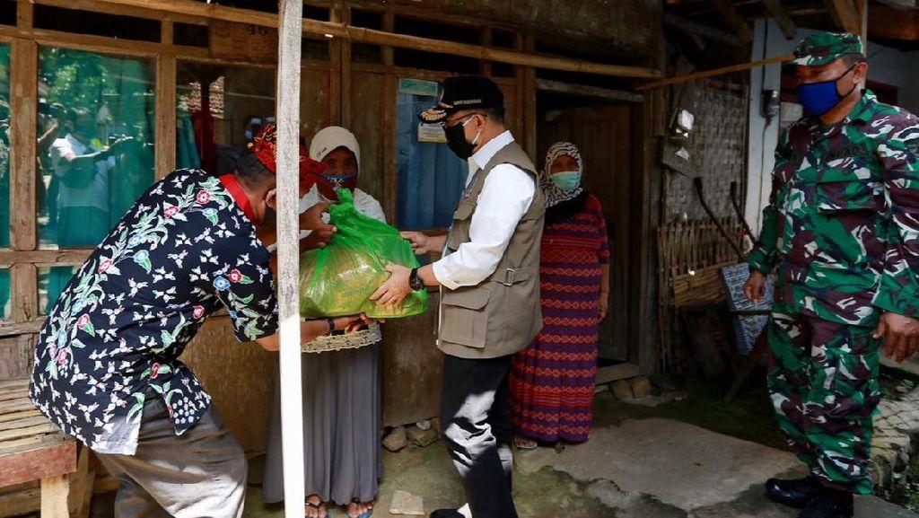 Bupati Anas Beri Bantuan Pelaku Pariwisata yang Terdampak Corona