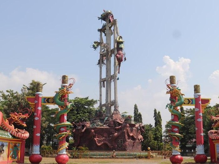 Patung Dewa Khong Co Kwan Sing Tee Koen yang berada di sebuah klenteng di Tuban runtuh. Patung setinggi 30 meter itu kini hanya menyisakan tiang kerangka.