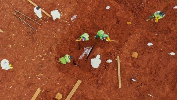 Galau Berujung Terbiasa Petugas Pemakaman Jenazah Covid-19