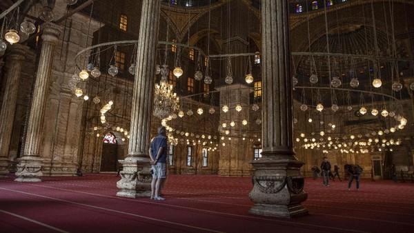 Bergeser ke Timur Tengah, Masjid Muhammad Ali di Kairo Mesir dibangun pada abad ke-19. Tampak megah dengan tembok yang tinggi, tak sedikit orang mengatakan masjid ini mirip benteng. (AP/Nariman El-Mofty)