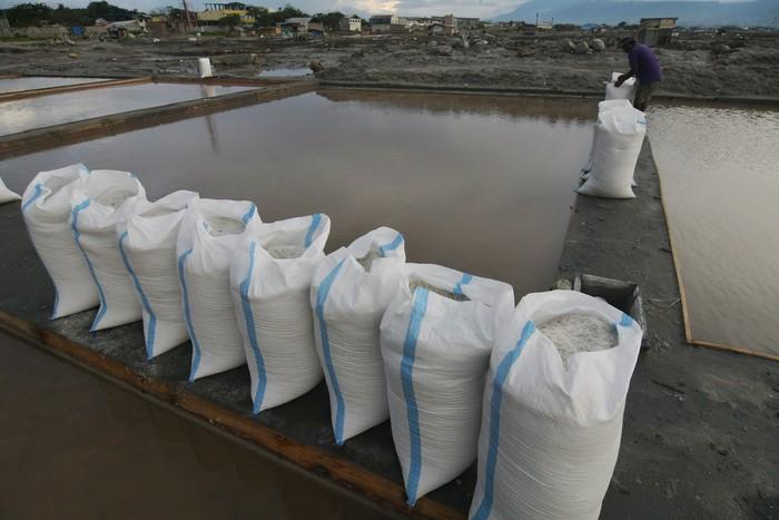 Kebutuhan garam diprediksi meningkat di bulan Ramadhan mendatang. Sejumlah petani garam di berbagai tempat pun menggenjot produksi untuk menyimpan stok garam.