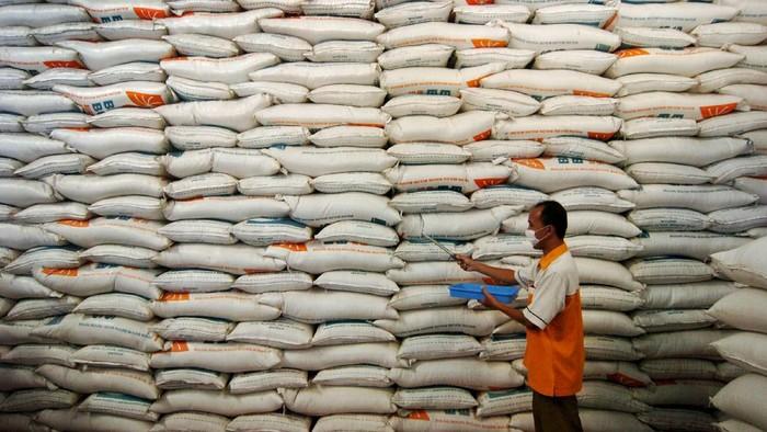 Pekerja memeriksa kualitas beras di Gudang Perum Bulog Sub Divre Pekalongan, Desa Munjung Agung, Tegal, Jawa Tengah, Selasa (7/4/2020). Menurut Perum Bulog Sub Divre Pekalongan, jelang Ramadan dan upaya penanganan COVID-19 stok beras di wilayah Pekalongan, Tegal dan Brebes cukup untuk enam bulan kedepan sebanyak 30.000 ton setara beras. ANTARA FOTO/Oky Lukmansyah/hp.