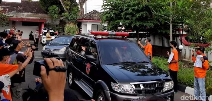 Sembilan tenaga medis tiba di tempat singgah sementara di Gedung Pusdiklat Kemendagri Regional Yogyakarta. Mereka mendapat sambutan hangat dari masyarakat.