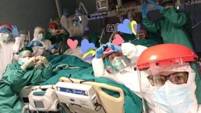 Pasangan lansia positif Corona rayakan anniversary di ICU.