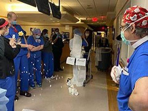Dokter mendapat kejutan pesta pernikahan di rumah sakit.
