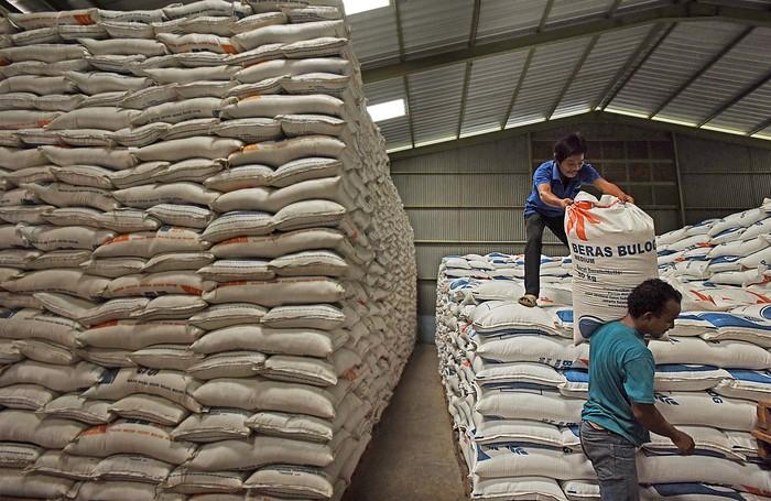 Pekerja menata stok beras di Gudang Bulog Sub Drive  Serang, Banten, Jumat (3/4/2020). Dirut Perum Bulog Budi Waseso menyatakan stok beras saat ini sebanyak 1,65 juta ton beras medium dan 170 ribu ton beras, cukup untuk  kebutuhan puasa hingga lebaran. Stok beras akan bertambah sekitar 1,7 juta ton lagi dari hasil serapan gabah petani pada puncak masa panen bulan April-Mei. ANTARA FOTO/Asep Fathulrahman/pras.