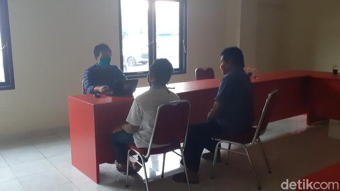Polisi periksa saksi kasus pencurian celana dalam yang berujung perundungan di Karanganyar, Kamis (16/4/2020).