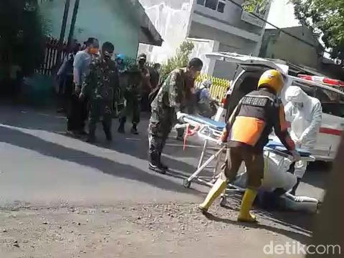 Pria pengayuh sepeda onthel di Kota Pasuruan tiba-tiba pingsan di Jalan Urip Sumoharjo, Kelurahan Bukir, Gadingrejo. Warga panik mengira korban terjangkit Corona.