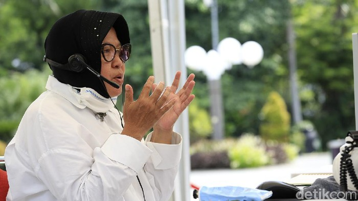 Wali Kota Surabaya Tri Rismaharini terus menyampaikan imbauan soal social distancing. Kali ini Risma mengimbau warga menggunakan Bahasa Madura.
