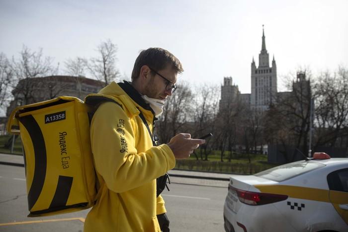 Seorang pengusaha Rusia, Sergei Nochovnyy beralih menjadi kurir makanan. Dia mengantarkan makanan kepada warga yang tidak bisa keluar rumah karena lockdown.