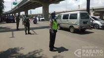 Aparat Setop Pengendara Tak Taat Aturan PSBB di Perbatasan Jakarta-Bekasi