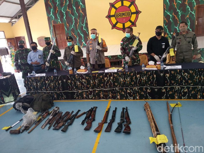 Kapolda Papua dan Pangdam Cenderawasih menampilkan hasil operasi TNI-Polri dalam menindak KKSB di Timika (Saiman/detikcom)