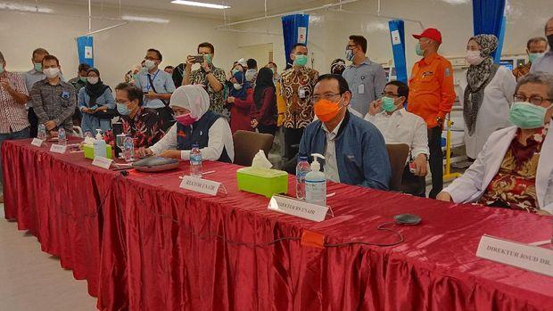 Pemilik CT Corp dan Bank Mega Chairul Tanjung, Astra, Indofood, Unair, Its dan Gubernur Jatim Khofifah Indar Parawansa meninjau persiapan ruang ICU di lantai 4.