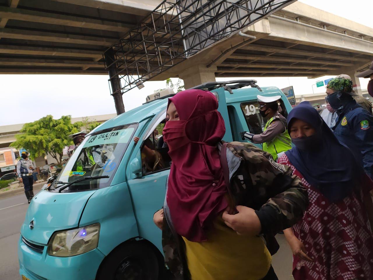 Polisi memindahkan sebagian penumpang angkot karena tidak mematuhi formasi duduk