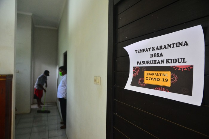 Petugas satgas COVID-19 tingkat desa menyiapkan ruang karantina di Desa Pasuruan Kidul, Kudus, Jawa Tengah, Kamis (16/4/2020). Petugas menyiapkan ruang karantina bagi Orang Dalam Pemantauan (ODP) khususnya pemudik sebagai upaya memutus penyebaran COVID-19 di desa setempat. ANTARA FOTO/Yusuf Nugroho/aww.