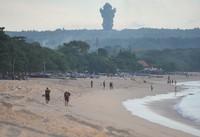 Meskipun sudah jelas objek wisata tersebut telah ditutup sebagai upaya pencegahan penyebaran COVID-19, namun sejumlah wisatawan masih aja ada yang nekat mengunjungi kawasan pantai dan melanggar portal penutup maupun tanda pemberitahuan yang telah dipasang.