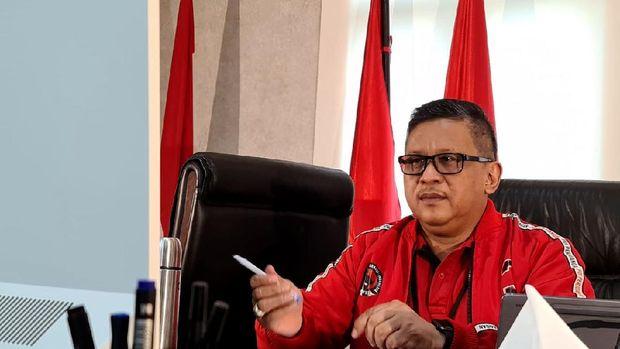 Ketua Umum PDIP Megawati Soekarnoputri menginstruksikan para kepala daerah dan kadernya ikut membantu hentikan penyebaran virus Corona. Hal itu diungkap Sekjen PDIP Hasto Kristiyanto saat menggelar teleconference dengan Mega menyikapi pandemi Corona di Indonesia. Begini potretnya.