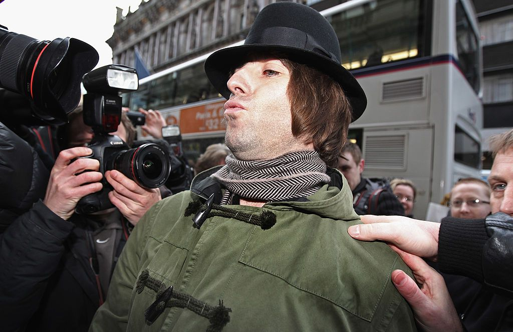 Aksi paparazzi mengambil gambar Liam Gallagher.