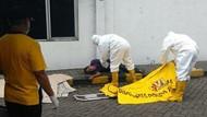 Petugas Berpakaian APD Evakuasi Sopir Truk yang Meninggal di Pinggir Jalan