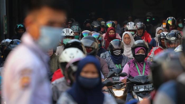 Sejumlah buruh pabrik pulang kerja di kawasan Cikupa, Kabupaten Tangerang, Banten, Jumat (17/4/2020). Center of Reform on Economics memperkirakan jumlah pengangguran terbuka pada kuartal II 2020 akan bertambah 4,25 juta orang akibat pandemi COVID-19. ANTARA FOTO/Fauzan/wsj.