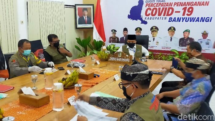 Gugus Tugas Penanganan COVID-19 Banyuwangi menggeber sejumlah langkah mengantisipasi kedatangan pemudik. Itu dilakukan sambil mengimbau warga di perantauan tidak mudik.