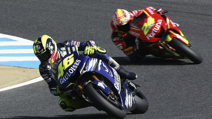 MOTEGI, JAPAN - SEPTEMBER 16: Valentino Rossi of Italy (L) and Toni Elias of Spain (R) competein action during the first free practice session of the Japan Grand Prix in Twin Ring Motegi on September 16, 2005 in Motegi, Japan. (Photo by Koichi Kamoshida/Getty Images)