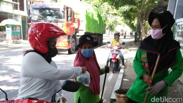Warga Brebes bagikan nasi bungkus ke pekerja nonformal