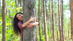 Cara Israel Lepaskan Rindu di Tengah Corona: Peluk Pohon