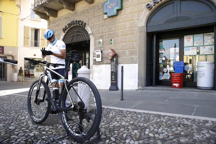 Davide Martinelli, pebalap sepeda asal Italia ini menjadi relawan pengantar obat Corona di tengah Pandemi.