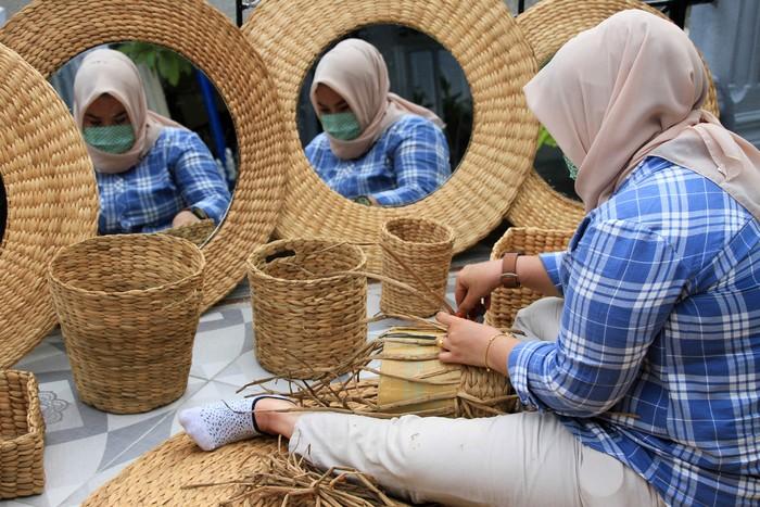 Anggota Bhayangkari Cabang Aceh Barat memproduksi kerajinan tangan berbahan tanaman eceng gondok di Desa Drien Rampak, Kecamatan Johan Pahlawan, Aceh Barat, Aceh, Kamis (16/4/2020). Berbagai kerajinan tangan tersebut dijual Rp 50.000 sampai Rp1,5 juta per unit tergantung model dan tingkat kesulitan dalam pembuatan. ANTARA FOTO/Syifa Yulinnas/aww.