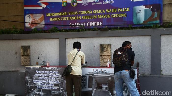 Pelayanan Samsat di Cinere, Depok, Jawa Barat, tetap berlangsung di tengah PSBB. Walaupun begitu penerapan physical distancing tetap diutamakan.