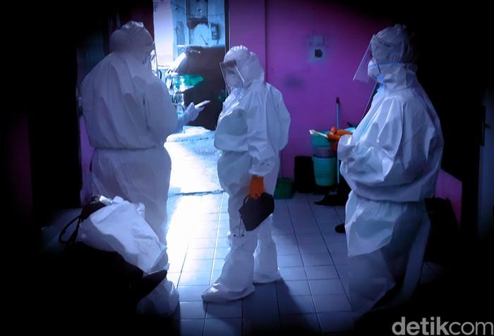 Ilustrasi: Petugas Puskesmas berbaju hazmat memeriksa warga. (Danu Damarjati/detikcom)