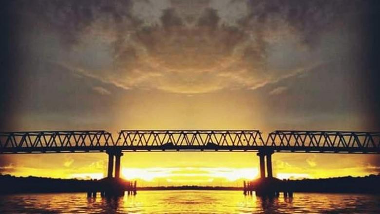 Senja di Jembatan Maro