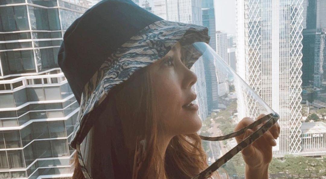 Topi anti corona yang dikenakan Cathy Sharon