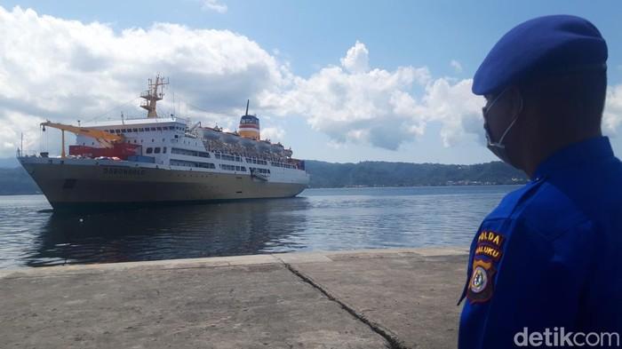 43 penumpang KM Dobonsolo dikarantina setelah kapal sandar di Pelabuhan Yos Sudarso Ambon (Muslimin Abbas/detikcom)