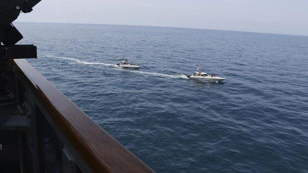 Ini Penampakan Kapal Militer Iran Kepung Kapal Perang AS