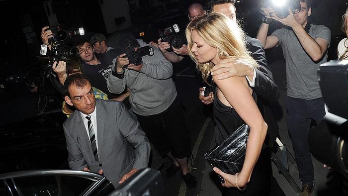 Aksi paparazzi mengambil gambar supermodel Kate Moss.