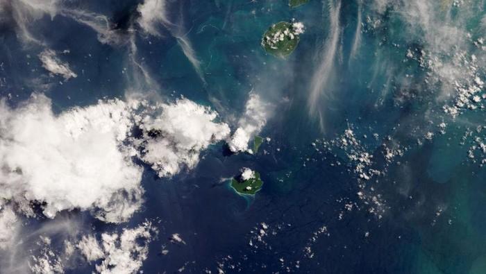 Ini penampakan Gunung Anak Krakatau pasca-meletus hasil jepretan NASA.