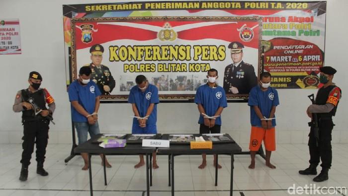 Dalam sepekan, Polresta Blitar mengungkap empat kasus peredaran sabu. Pengungkapan bermuara pada bandar yang masih mendekam di Lapas Malang dan Madiun.