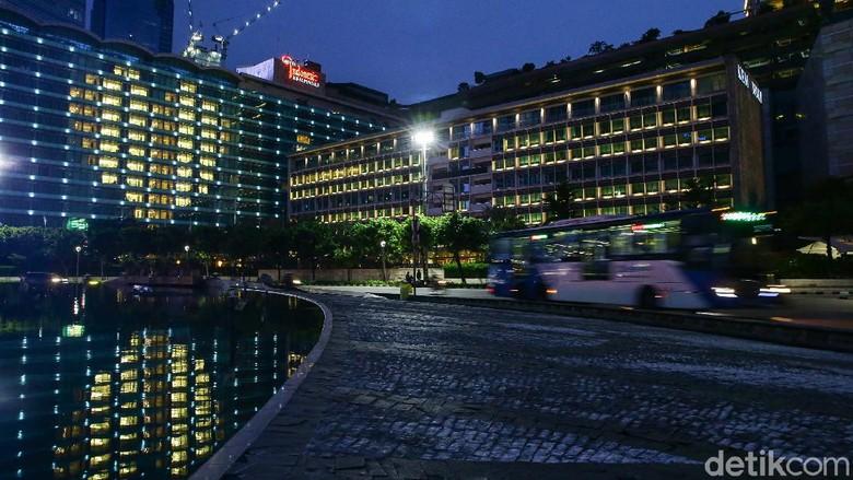Sejumlah hotel di kawasan Bundaran HI menyalakan lampu-lampu kamarnya membentuk lambang hati (love), Jakarta, kemarin.