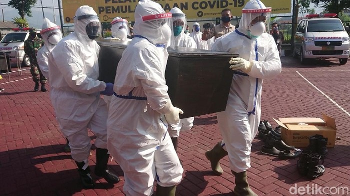 Polisi dan TNI di Trenggalek mengikuti pelatihan penanganan jenazah yang terpapar virus Corona. Pelatihan diikuti mulai dari rumah sakit hingga pemakaman.