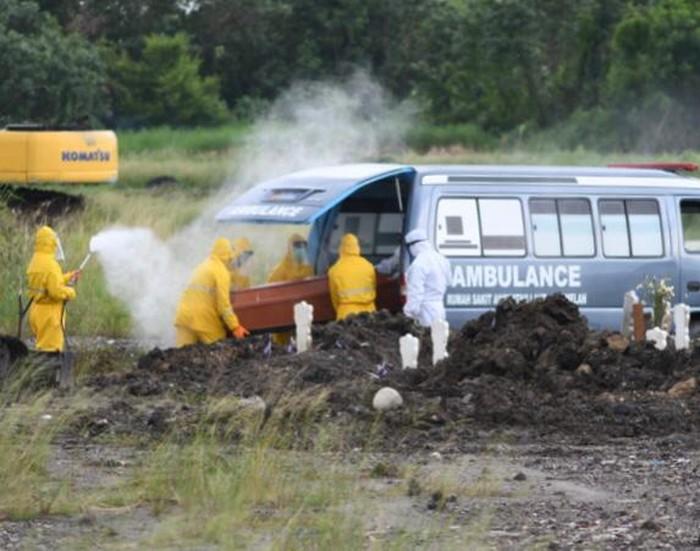 Gubernur Jatim Khofifah Indar Parawansa menyapa para pengemudi ambulans yang sehari-hari berjibaku mengantar jenazah pasien positif Corona hingga ke pemakaman. Ia menyapa lewat video conference (vicon) di Gedung Negara Grahadi, Surabaya pada Jumat (17/4) malam.