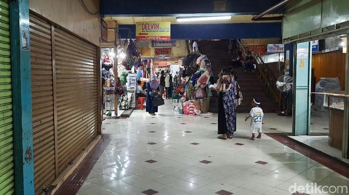 Setelah ditutup selama dua pekan, Pasar Kapasan kini dibuka kembali. Pembeli dan pedagang pun berbondong-bondong masuk ke pasar.