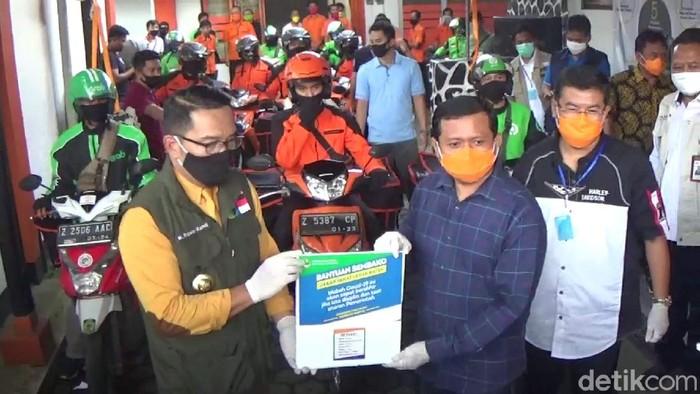 Ridwan Kamil berikan bantuan bagi warga sumedang