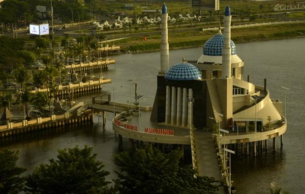 Seminggu menjelang diterapkannya Pembatasan Sosial Berskala Besar (PSBB), suasana di Masjid Terapung Amirul Mukminin yang berada di Anjungan Pantai Losari terlihat sepi.