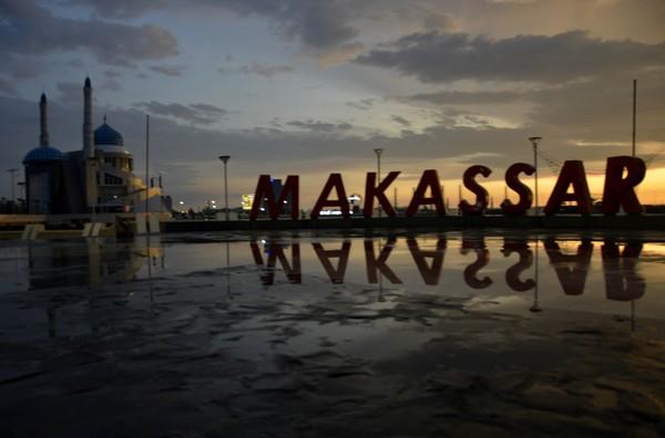 Suasana senja di Pantai Losari, Makassar, Sabtu (18/4/2020). Pemkot Makassar akan menerapkan PSBB pada 24 April mendatang.